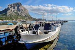 Amarrage de bateau et une haute montagne sur la baie sur la Mer Noire en Crimée, Novy Svet Photo stock