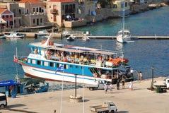 Amarrage de Nikos Express, Halki Image stock
