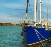 Amarrage de yacht dans le port images stock