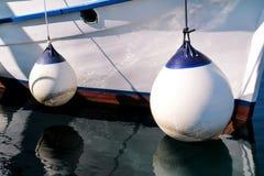 Amarrage des balises blanches sur le bateau de pêche Photographie stock libre de droits