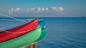 Amarrage des kayaks et des bateaux de canoës sur la jetée de mer photos libres de droits