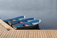 Amarrage en bois et bateaux photos stock