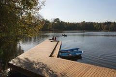 Amarrage en bois et bateaux photographie stock