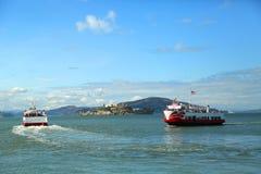 Amarrage rouge et blanc de bateau de flotte au pilier 43 au quai du pêcheur à San Francisco Image stock