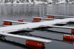 Amarrages vides de bateau sur le lac Image libre de droits