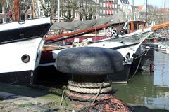 Amarrando el dordrecht del puerto del inl de los posts los Países Bajos Imagen de archivo