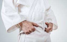 Amarrando o fim da correia do quimono acima da imagem Imagem de Stock Royalty Free