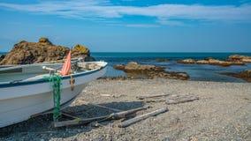 Amarrando a opinião do mar da pedra do barco imagens de stock royalty free