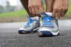 Amarrando a sapata dos esportes Fotografia de Stock Royalty Free