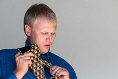 Amarrando sua gravata Fotografia de Stock
