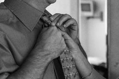 Amarrando um laço preto e branco Fotografia de Stock Royalty Free