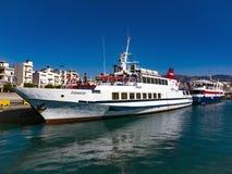 Amarrant pour de petits bateaux dans Ierapetra, Crète Images libres de droits