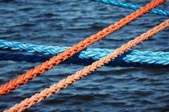Amarrar las cuerdas que aseguran las naves fotografía de archivo