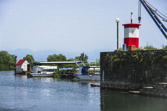 Amarre del barco en la ciudad en el lago Skadar fotografía de archivo libre de regalías