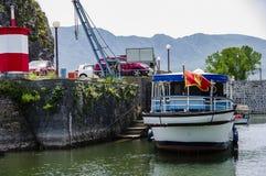 Amarre del barco en la ciudad en el lago Skadar fotos de archivo libres de regalías