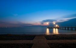 Amarre del mar con las luces en la madrugada Imagen de archivo