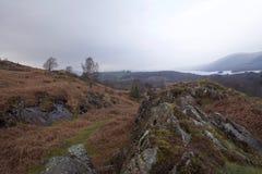 Amarre el valle con las montañas brumosas y el lago en distancia fotografía de archivo libre de regalías