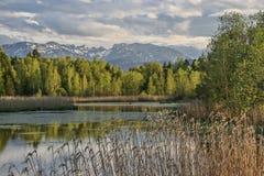 Amarre o lago em Toelz mau foto de stock
