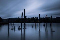 Amarre postes en el agua de Derwent fotos de archivo libres de regalías