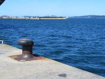 Amarrent le port o? les bateaux gar?s ? r?approvisionner en combustible et r?parer photo libre de droits