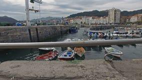 Amarres del barco en el puerto pesquero Castro Urdiales 37 almacen de video