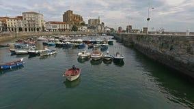 Amarres del barco en el puerto pesquero Castro Urdiales 45 almacen de video