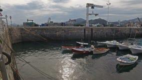 Amarres del barco en el puerto pesquero Castro Urdiales 39 almacen de metraje de vídeo