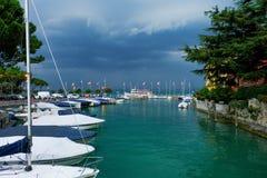 Amarrez à quai au policier de lac dans la ville italienne de Sirmione images libres de droits