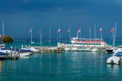 Amarrez à quai au policier de lac dans la ville italienne de Sirmione photo libre de droits