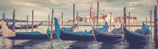 Amarrez à quai avec des gondoles en été, Venise, Italie image stock
