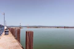 Amarrez à quai, en amarrant le port d'entrée sur le lac Balaton images libres de droits
