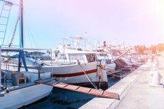 Amarrez à quai pour amarrer des bateaux et des yachts de pêche sur la mer Méditerranée à l'aube Vrsar Croatie images stock