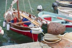 Amarrez et bateau photo stock