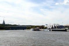 Amarrez le ` à quai de Luzhniki-Yuzhny de stade de ` sur le remblai de Luzhnetskaya de Moscou photos libres de droits