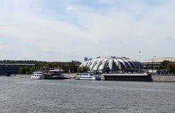 Amarrez le ` à quai de Luzhniki-Yuzhny de stade de ` sur le remblai de Luzhnetskaya de Moscou photographie stock