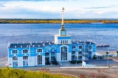 Amarrez le bâtiment à quai dans le Zaimka complexe de touristes près de la ville de Khabarovsk Russie photos libres de droits