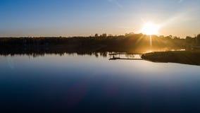 Amarrez le noir à quai de vert jaune d'été de coucher du soleil de brouillard de lac photographie stock libre de droits