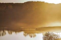 Amarrez le noir à quai de vert jaune d'été de coucher du soleil de brouillard de lac photos libres de droits