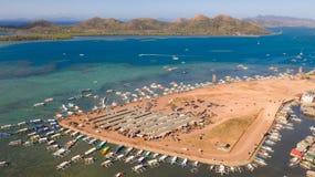 Amarrez ? quai avec des bateaux dans la ville de Coron PALAWAN philippines photo libre de droits