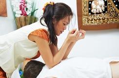 Amasamiento posterior de la atención sanitaria tailandesa tradicional del masaje Fotografía de archivo libre de regalías