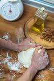 Amase la harina con sus manos Imagen de archivo