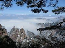Amasing moln och moutain Arkivfoton