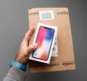 Amasonask och Apple iphone X10 mot grå bakgrund Fotografering för Bildbyråer