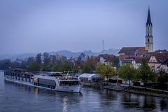 AmaSonata河巡航小船在一个有雾的早晨 库存图片
