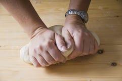Amassando a massa de pão Imagem de Stock