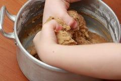 Amassando a massa de pão no potenciômetro Fotografia de Stock
