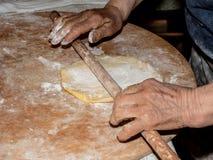 Amassar a pizza doce é manualmente tradição italiana do camponês com método antigo e saudável imagens de stock royalty free