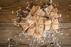Amassez de la correspondance de Noël avec la neige sur le backgroun en bois photos stock