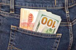 Amassez les billets de banque des dollars américains et des roubles russes Photos stock