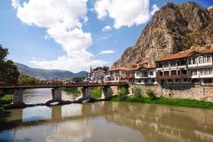 Amasya hus bredvid den Yesilirmak floden Arkivfoto